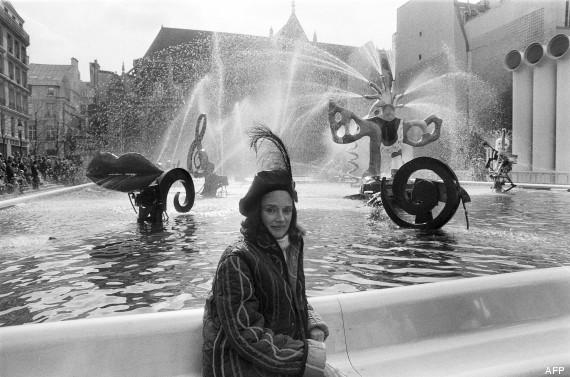 Niki de Saint Phalle devant ses scupltures du bassin du quartier de Beaubourg (fontaine Stravinsky)